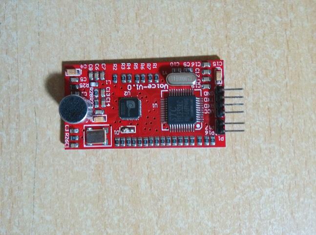 LD3320 和 STC89LE52 是 3.3v的芯片供电,我是用的是上面的这种USB转TTL下载器,下载程序的时候,必须选用3.3V的供电,只有当和 单片机上的 Vcc和RXD 同时断开再连接,才能完成冷启动,只短开Vcc是不能完成冷启动的,无法下载程序。(不过如果你选用免冷启动的下载器,就不用关心上述问题了)。 LD332X系列是ICRoute生产的基于非特定人语音识别(SI-ASR:Speaker-Independent Automatic Speech Recognition)技术的语音识别芯片